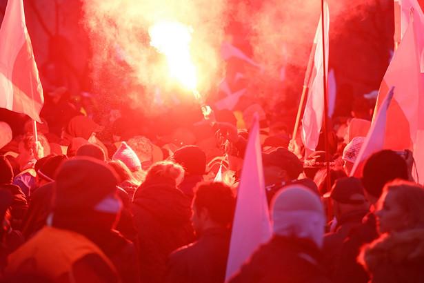 """Uczestnicy manifestacji trzymali transparenty z hasłami: """"ONR idź na +Kler+"""", """"Faszyści brzytwą rządzących"""", """"Faszyści precz z naszych ulic"""", """"Stop chrystianizacji Europy"""", """"Zostaw falangę, weź sztangę"""", """"Biała Polska tylko zimą"""", """"Nie dla faszyzmu"""", """"PiS promuje faszystów"""". Skandowano także: """"Warszawa wolna od faszyzmu"""", """"Warszawa już teraz pożegna faszystów"""", """"Strach nie jest opcją""""."""