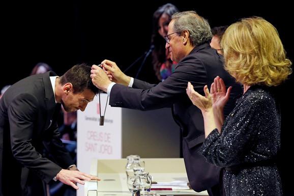 Ceremonija na kojoj Kim Tora nagrađuje Mesija krstom Svetog Đorđa