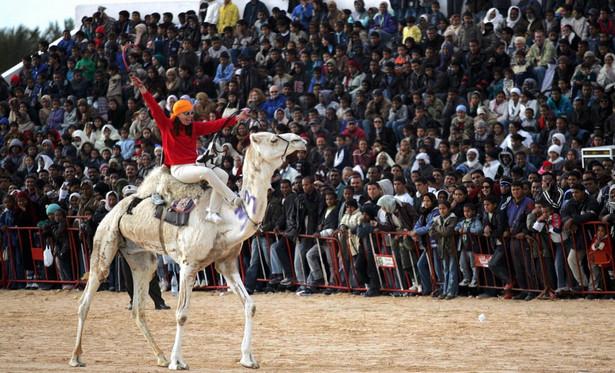 Biura podróży dostosowują ofertę do potrzeb osób podróżujących w pojedynkę. Proponują na przykład udział w Międzynarodowym Festiwal Sahary w tunezyjskiej oazie Douz Forum
