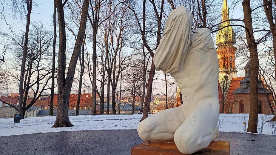 Tajemnicza rzeźba w krakowskim parku