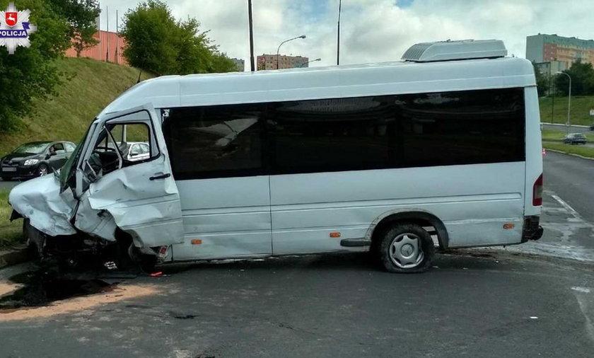 Osobówka rozpadła się po zderzeniu z busem