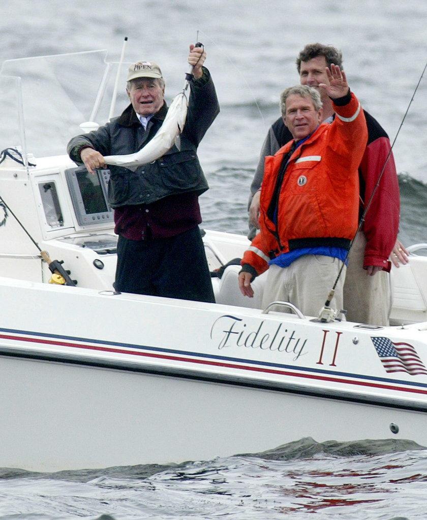 George H.W. Bush z synem na rybach