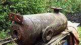Przerobił bojler na grill ogrodowy