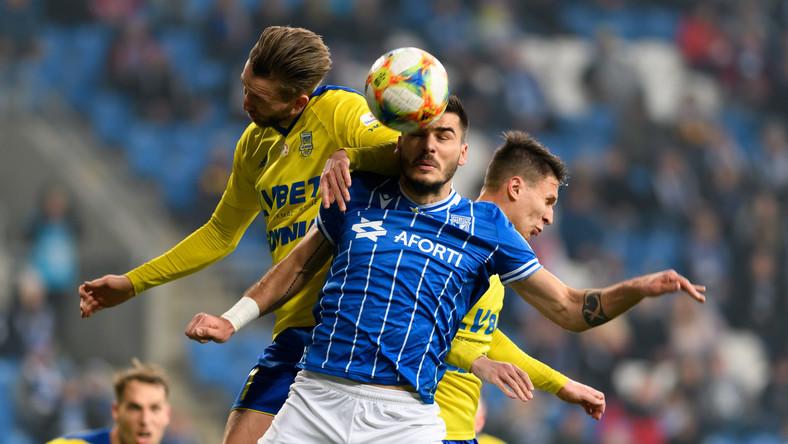 Zawodnik Lecha Poznań Karlo Muhar (C) i Fabian Serrarens (L) z Arki Gdynia podczas meczu 20. kolejki piłkarskiej Ekstraklasy