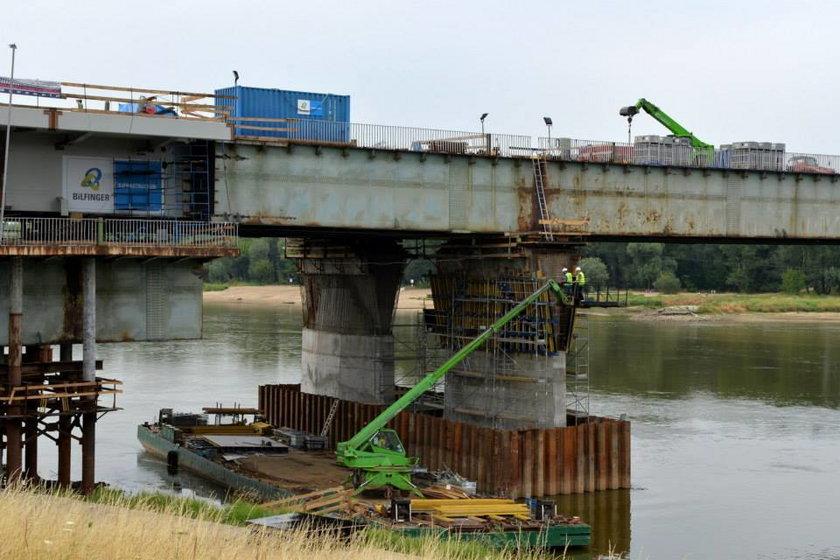Ruszyło nasuwanie Mostu Łazienkowskiego