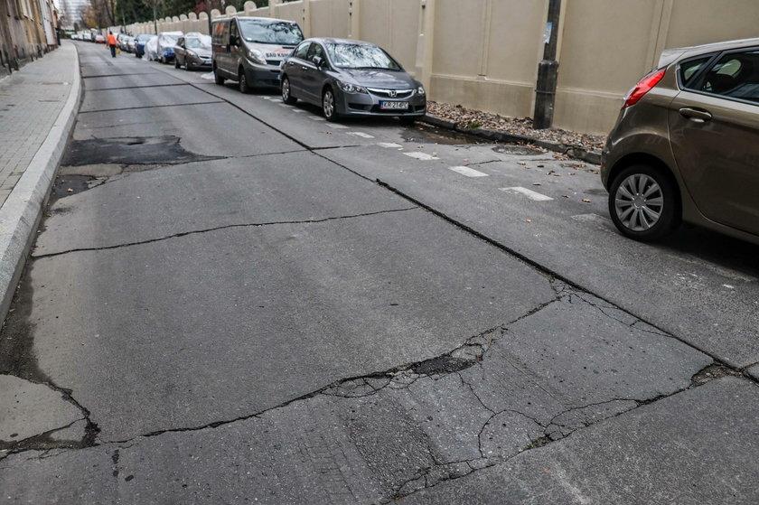 Zniszczona ul. Odrowąża w Krakowie