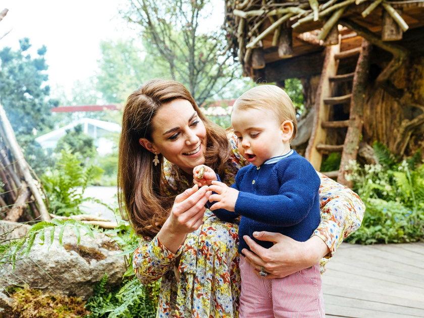 Księżna Kate i Książę William z dziećmi w królewskich ogrodach