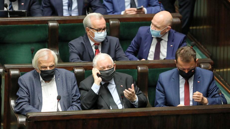 Jarosław Kaczyński (w środku) w Sejmie