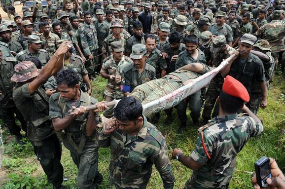 Vojnici Šri Lanke nose telo ubijenog lidera Tamilskih tigrova Velupilaja Prabhakarana