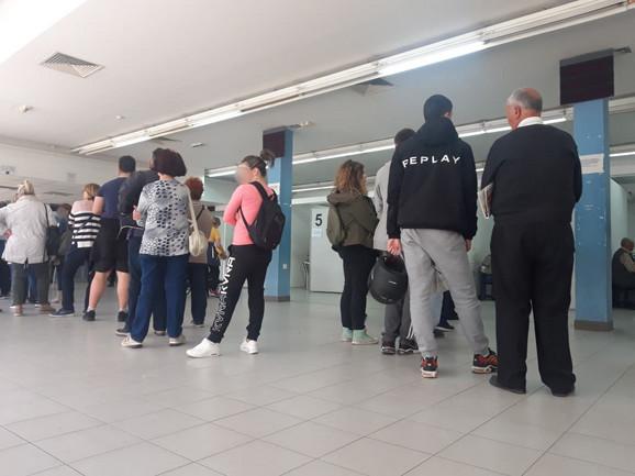 Redovi za predaju zahteva za pasoš
