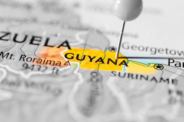 Gujana to niewielki kraj na północno-wschodnim skraju Ameryce Południowej, który leży nad Atlantykiem i graniczy z Wenezuelą oraz Brazylią.
