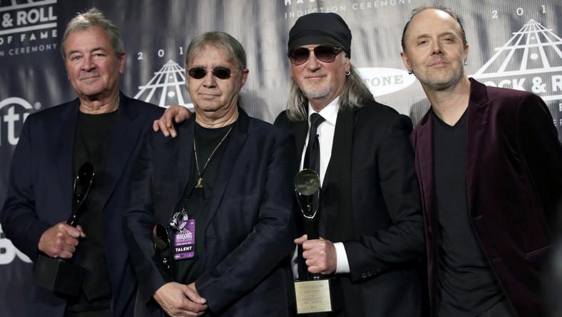 """– Chciałbym podziękować wszystkim fanom Deep Purple na całym świecie, którzy sprawiają, ze ta muzyka jest wciąż żywa –mówił David Coverdale podczas uroczystego wprowadzania grupy Deep Purple do Rock and Roll Hall of Fame. Legendarnąformację do galerii sław nominowano już trzykrotnie (przez co Ian Gillan nie szczędził słów krytyki jurorom), a na uroczystości pojawili sięczłonkowie jej obecnego składu i wykonali cztery przeboje z """"Smoke On The Water"""" na finał. Na żywo (mimo wcześniejszych zapowiedzi) nie zaprezentowała się natomiast formacja N.W.A. –Nie mieliśmy wystarczającego wsparcia, by dać najlepszy show, jaki możemy – wyjaśniał Ice Cube, zrzucając winę na organizatorów ceremonii. N.W.A. (czyli Niggaz Wit Attitudes) jest kolejną –po Beastie Boys i RUN D.M.C. –formacją hip-hopową, która została uhonorowana obecnością w Rock and Roll Hall of Fame. Do rockowego panteonu trafiają wyłącznie wykonawcy, których fonograficzny debiut liczy 25 lat. W tym roku byli wśród nich również Steve Miller oraz muzycy Cheap Trick i Chicago."""