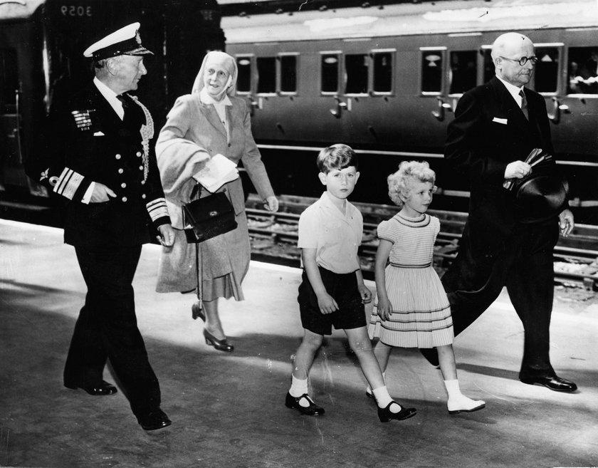 Książę Filip ze swoją matką i dziećmi