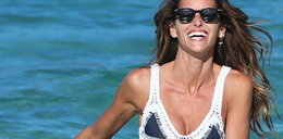 Seksowna WAG na plaży. Izabel Goulart w kusym bikini