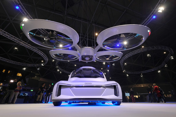 Na konferencji poruszane są wszystkie tematy związane z branżą, począwszy od technologii, a kończąc na regulacjach prawnych dotyczących ruchu i bezpieczeństwa bezzałogowych statków powietrznych. Amsterdam Drone Week gromadzi uczestników z 70 krajów. Na konferencji obecni są między innymi najwięksi gracze lotnictwa, tacy jak Airbus SE, Boeing Co. i holenderskie lotnisko Schiphol oraz start-upy, takie jak Uber Technologies Inc.