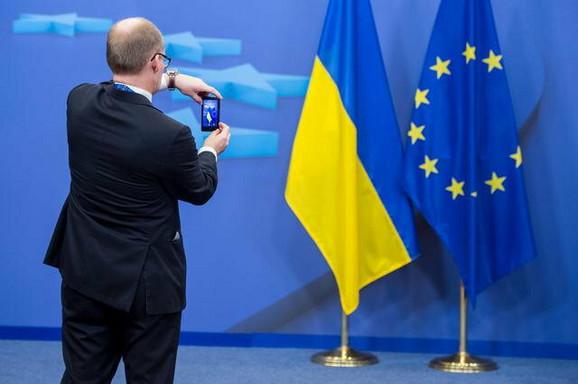 Dokumentovanje o približavanju na smartfonu: Zastave Ukrajine i Evropske unije