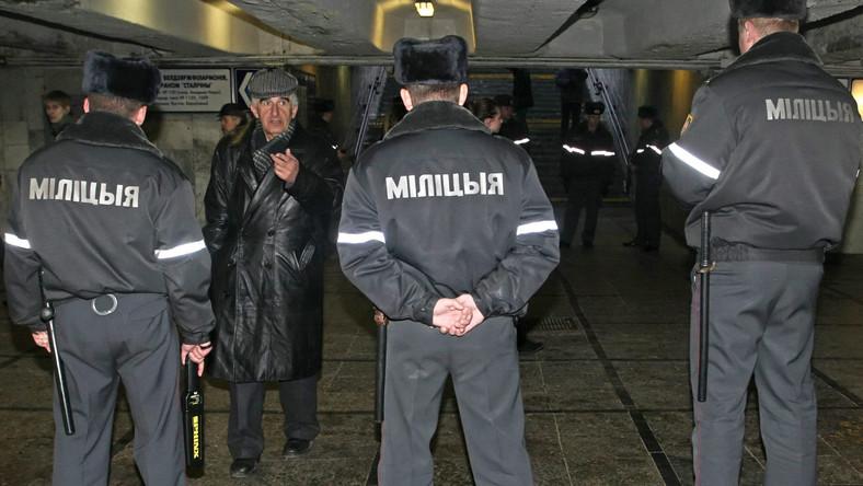 Białoruscy milicjanci blokują antyrządowy protest w Mińsku, 25 marca