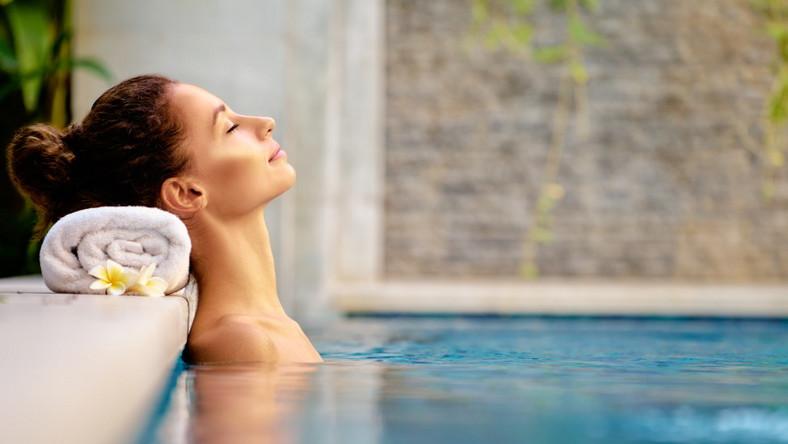SPA & Welness. Kobieta w basenie.