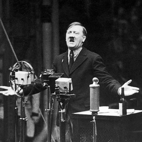 Zahvaljujući odličnoj propagandi, harizmi i govorničkoj sposobnosti Hitler je lako pridobijao mase