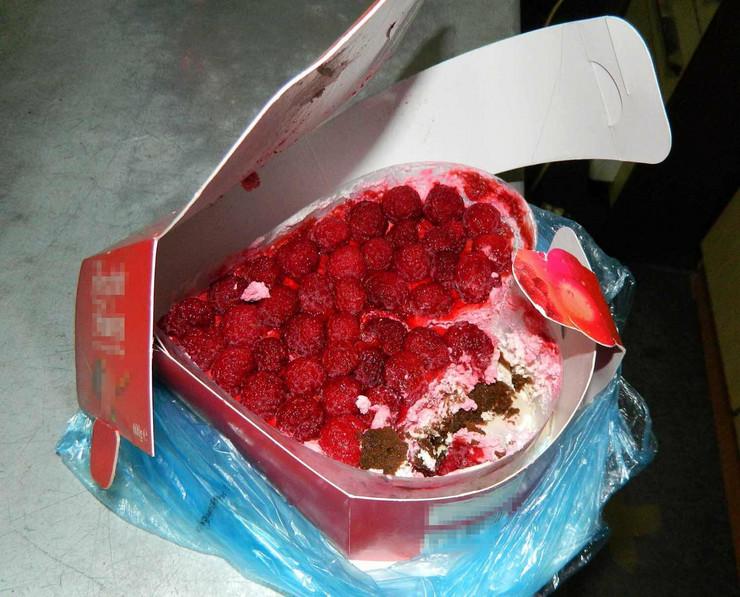 557578_kragujevacpokvarene-torte-sa-deponijejedna-koju-je-kupio-predrag-m041215ras-foto-nebojsa-raus08