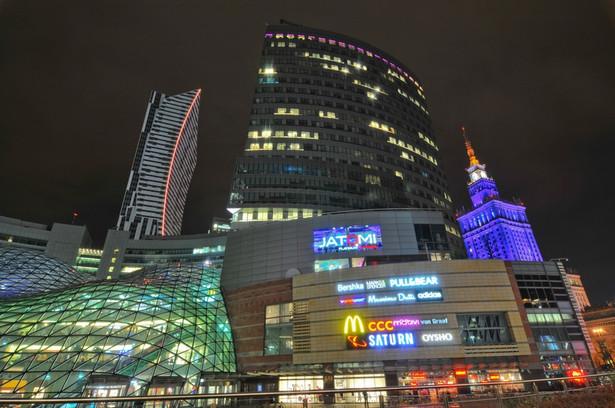Centrum Warszawy nocą. Na zdjęciu, od lewej wieżowce: Złota 44, Skylight w kompleksie Złote Tarasy oraz Pałac Kultury i Nauki. Fot. Przemyslaw Szablowski / Shutterstock.com