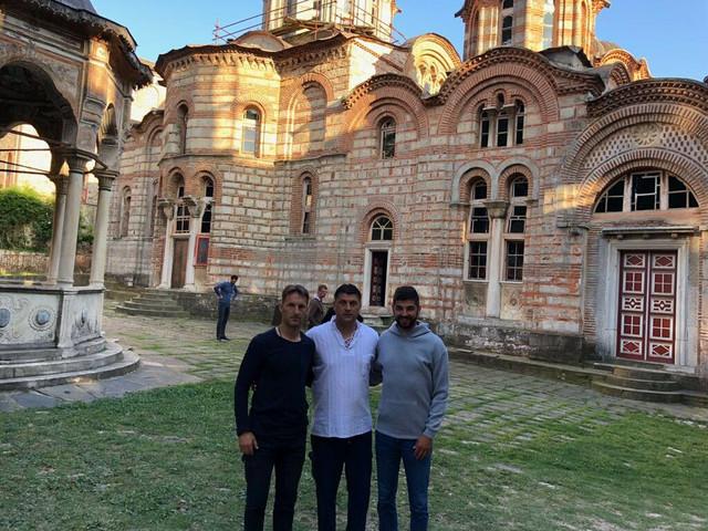 Vladan Milojević sa saradnicima Nikolom Leposavićem i Vladimirom Jankovićem ispred Hilandara