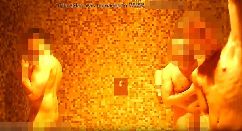 Klienci aquaparku nagrani pod prysznicem