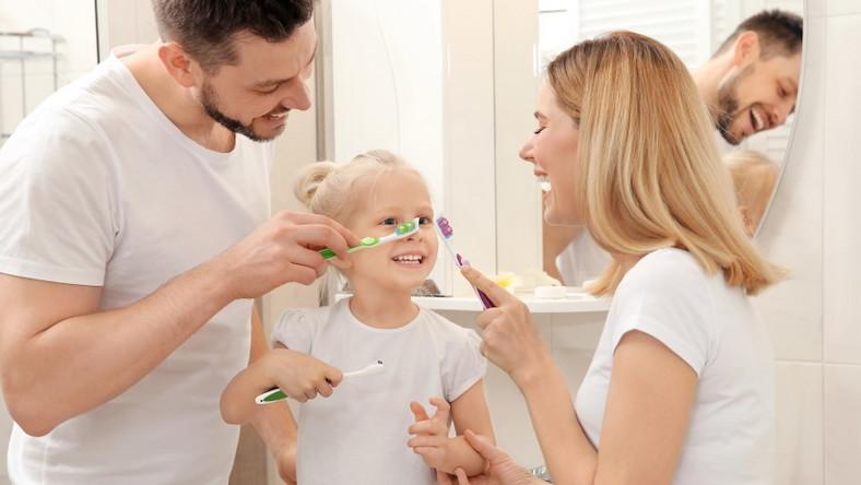 Rodzina w łazience. Mycie zębów.