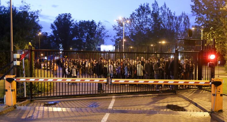 Noc Muzeów w Ministerstwie Spraw Wewnętrznych - chętni do zwiedzenia siedziby MSW czekają na wejście