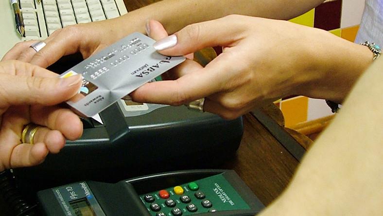 Po czym poznać podrywacza? Po pięciu kartach kredytowych i debecie na koncie