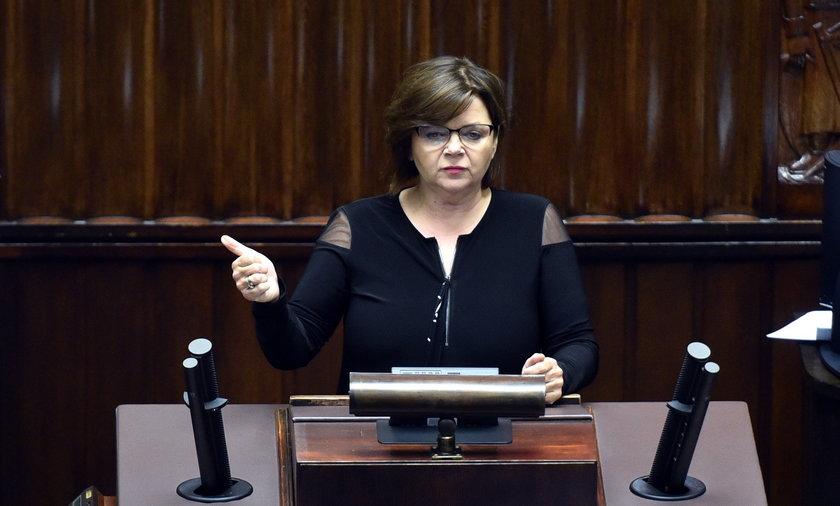 Do rekordzistów należy m.in. posłanka PO Izabela Leszczyna (59 l.), która czeka 494 dni na odpowiedź, jakie usługi public relations zleciło Ministerstwo Zdrowia w 2018 roku.
