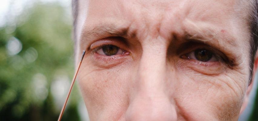Drut wbił mu się w oko