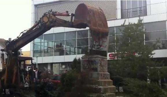 Spomenik je srušen bagerom uz aplauze okupljenih