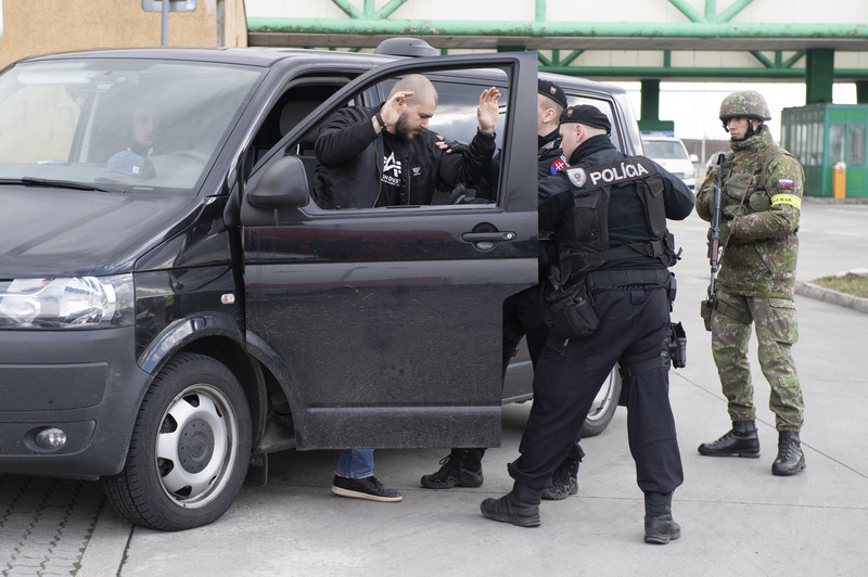 Výška platu policajtov sa primárne odvíja od platovej triedy, hodnosti a odslúžených rokov.