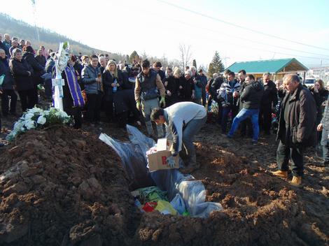 Grob dečaka napunjen slatkišima igračkama i ličnim stvarima