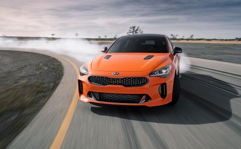 Kia Stinger GTS. Z zewnątrz cechami szczególnymi nowej wersji są m.in. pomarańczowy kolor nadwozia oraz elementy wykonane z włókna węglowego