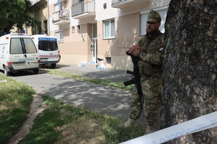Gépfegyveres katonák őrzik a bűncselekmény helyszínét / Fotó: Zsolnai Péter