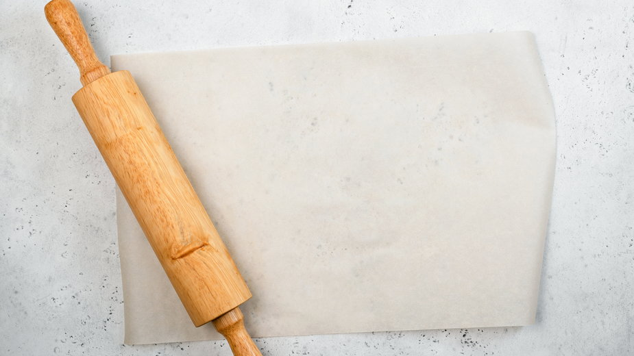 Papier do pieczenia zapobiega przywieraniu ciasta do formy - Vladislav Nosik/stock.adobe.com