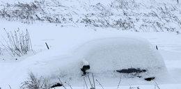 Ale gapa! Śnieg zasypał mu auto, a on zgłosił kradzież!