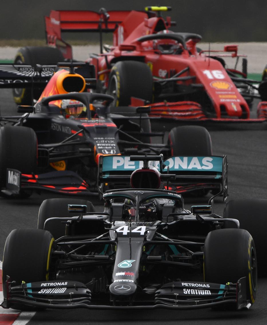 Lewis Hamilton, a Mercedes brit versenyzője (elöl) és Max Verstappen, a Red Bull holland versenyzője a Forma-1-es autós gyorsasági világbajnokság Portugál Nagydíján az algarvei pályán a dél-portugáliai Portimaóban 2020. október 25-én.MTI/Getty/AP/Rudy Carezzevoli
