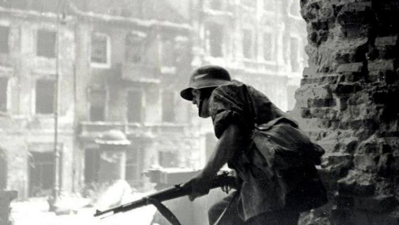 Powstanie Warszawskie Powstaniec obserwuje Krakowskie Przedmieście, przez wyburzoną ścianę kościoła św. Krzyża w kierunku ul. Kopernika