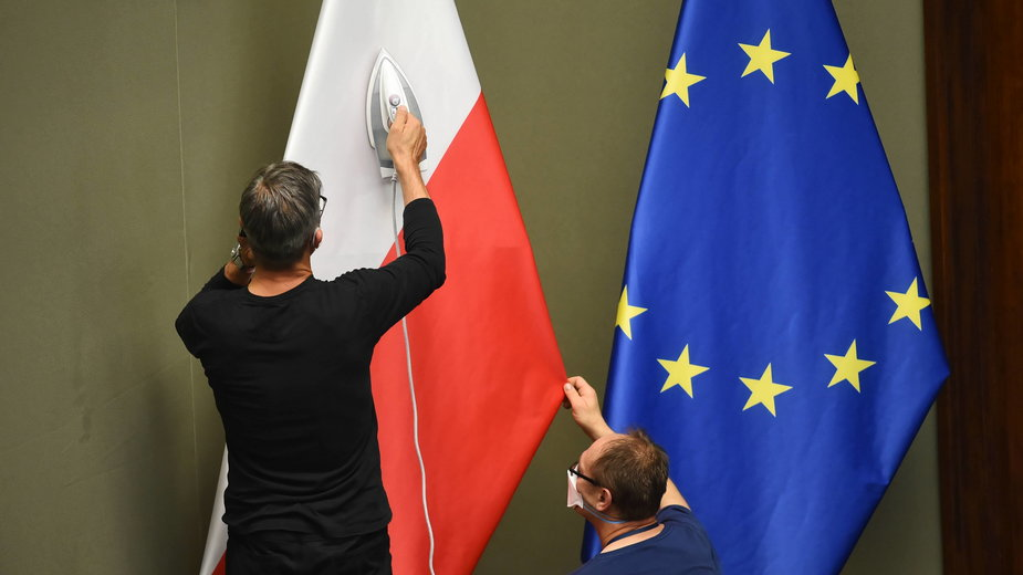 Flagi Polski i Unii w Sejmie
