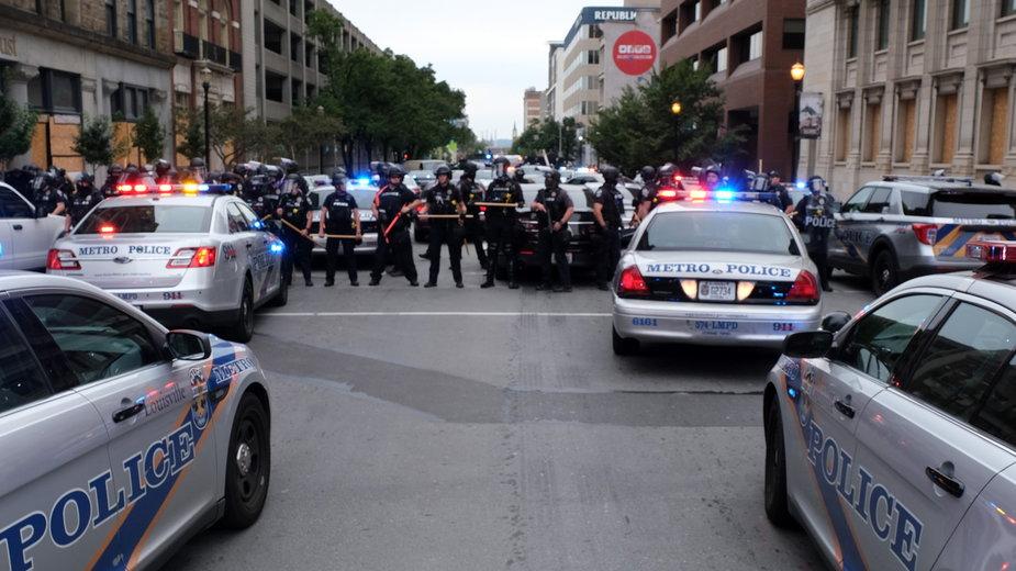 Policja podczas zamieszek w Louisville w stanie Kentucky