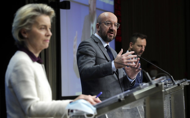 epa08956627 European Commission President Ursula von der Leyen (L) and European Council President Charles Michel (R) give a press conference after a video conference of the members of the European Council, in Brussels, Belgium, 21 January 2021. EU member countries' heads of states and governments agreed on keeping the intra-EU borders open although restrictions on non-essential travel are an option in order to combat the spread of the pandemic Sars-CoV-2 coronavirus and its variants. EPA/OLIVIER HOSLET / POOL Dostawca: PAP/EPA.