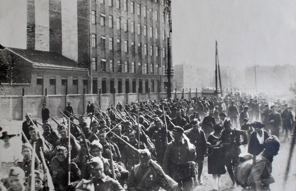 Warszawa, sierpień 1920. Ochotnicy na wojnę polsko-bolszewicką na ulicy Białostockiej w drodze na dworzec kolejowy