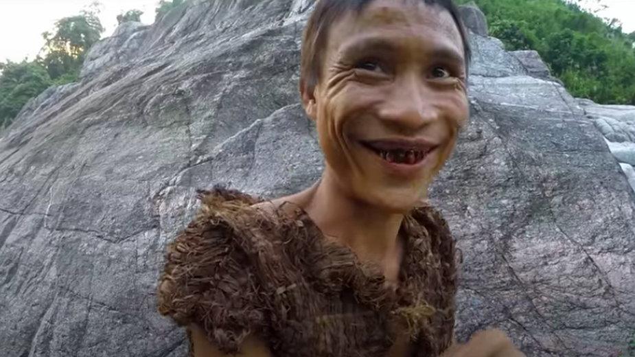 "Ho Van Lang. Fragment filmu dokumentalnego ""The Real-Life Vietnamese Tarzan"""