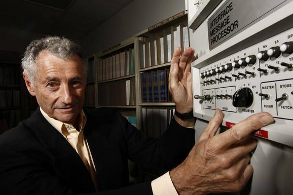 Len Klajnrok pored Interfejs procesora poruka (Interface Message Processor), uređaja pomoću kojeg je kasnije razvijen internet