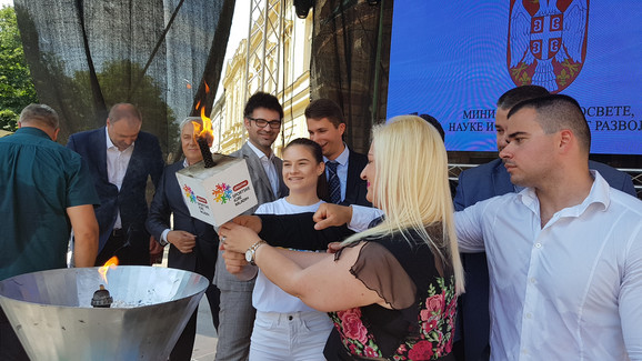 Ivana Jovanović, predsednica Sportskih igara mladih pali baklju, čime je ozvaničen početak
