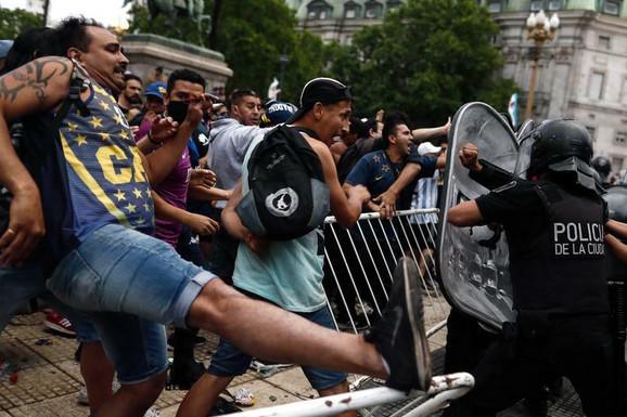 UMALO KATASTROFA I GAŽENJE U BUENOS AJRESU Ogroman incident na ISPRAĆAJU Dijega Maradone, policija izazvala užasan STAMPEDO /VIDEO/