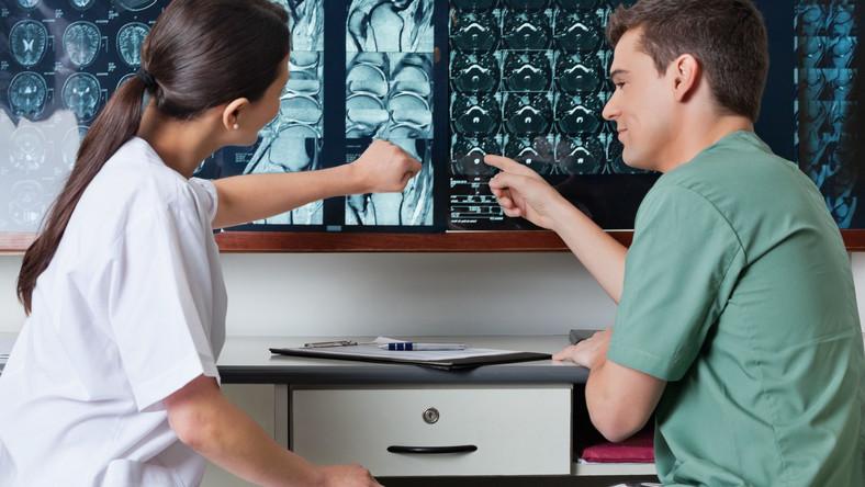 Lekarze oglądają prześwietlenia